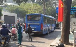 Băng qua đường, người phụ nữ bán vé số bị xe buýt cán tử vong thương tâm ở Sài Gòn, thi thể kẹt cứng dưới bánh xe
