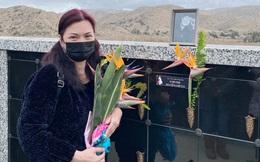 Bạn bè xót xa khi Phương Loan đứng khóc ở nơi an nghỉ của cố nghệ sĩ Chí Tài