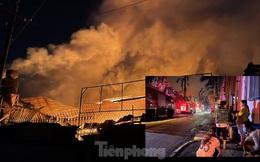 Công nhân bật khóc khi công ty gỗ rộng 5.000m2 bị lửa nhấn chìm