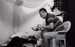Bức ảnh người đàn ông trung tuổi bón cháo cho mẹ và câu chuyện đằng sau khiến tất cả xúc động