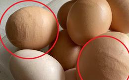 Đi thu gom trứng gà, bà mẹ thấy sự lồi lõm bất thường liền hỏi dân mạng và bất ngờ trước đáp án