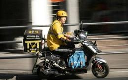 Shipper ở Trung Quốc: Mỗi chuyến giao hàng là một lần đối mặt với 'tử thần', một tay lái xe, tay kia dùng smartphone nhận đơn
