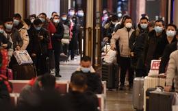 24h qua ảnh: Hành khách xếp hàng chờ tàu về quê ăn Tết ở Bắc Kinh