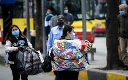 Sinh viên mang theo lỉnh kỉnh đồ đạc, ùn ùn đổ về quê nghỉ Tết sớm để phòng, chống COVID-19