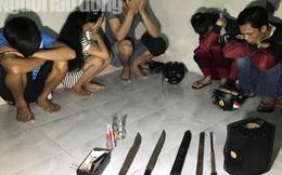 Phát hiện dao, gậy, dùi cui và ma túy trong phòng trọ của 1 cô gái