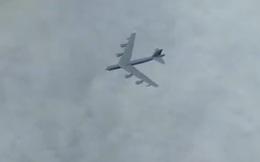 """Clip: Bất ngờ bị Su-30 Nga """"trói"""" từ xa, oanh tạc cơ B-52 Mỹ """"chết đứng"""""""