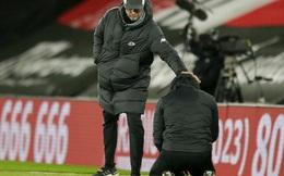 """Hạ gục Liverpool, HLV Southampton quỳ xuống khóc nức nở và pha """"bẻ lái"""" sau đó của ông khiến tất cả phải bật cười"""