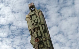 Hình ảnh hiếm về quá trình nạp tên lửa đạn đạo Yars của Nga vào bệ phóng