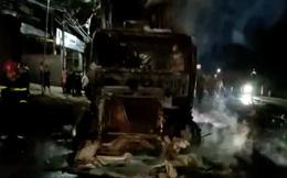 CLIP: Xe container bốc cháy lúc nửa đêm, tài xế bung cửa thoát thân
