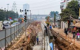 Cận cảnh thi công thay bờ đê đất bằng tường chắn, mở rộng đường Âu Cơ lên 4 làn xe