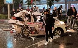 Tai nạn liên hoàn khi dừng đèn đỏ, nữ hành khách nguy kịch mắc kẹt trong chiếc xe taxi bẹp dúm