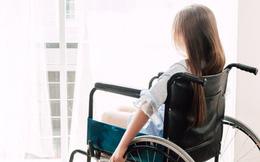 Phát hiện bé gái tật nguyền ngồi xe lăn suốt 8 năm hóa ra lại hoàn toàn khỏe mạnh, lý do đưa ra vừa gây phẫn nộ vừa khó hiểu