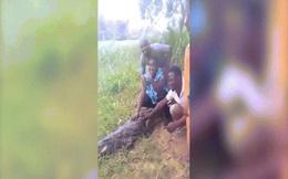 Video: Thót tim cảnh nữ du khách bị cá sấu đớp khi lại gần