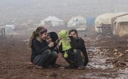 24h qua ảnh: Các bé gái Syria chơi với búp bê trên nền bùn đất