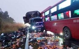Xe khách lấn làn tông trực diện xe tải, tài xế gãy chân mắc kẹt trong cabin