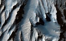Hẻm núi lớn nhất trong Hệ Mặt trời lộ diện