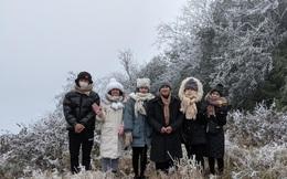 Cận cảnh băng giá phủ trắng đỉnh Mẫu Sơn, Yên Tử, Phia Oắc, du khách thích thú chụp ảnh