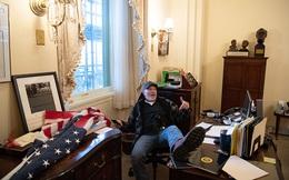 Kẻ gác chân lên bàn Chủ tịch Hạ viện Mỹ bị bắt