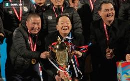 Ăn mừng cùng Hà Nội FC, bầu Hiển có màn nâng cúp khác lạ và cực sung