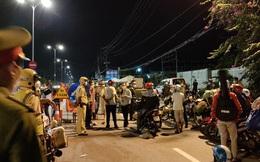 VIDEO: Hàng trăm người về quê vạ vật suốt đêm tại chốt kiểm soát ở Long An