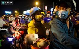 TP. HCM: Người dân ùn ùn đổ về quê, bà bầu, trẻ em vật vạ ngủ suốt đêm trên xe khi bị yêu cầu quay đầu