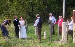 Vượt rào cản Covid-19, cặp đôi làm đám cưới ở biên giới Mỹ - Canada