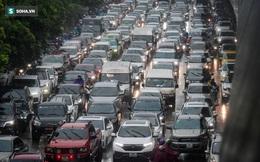 Đường phố Hà Nội tắc cứng trong mưa sáng đầu tuần, ô tô dàn hàng 6 chiếm hết lòng đường