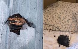 """Thót tim vì thiên thạch xuyênqua mái nhà, """"hạ cánh"""" trên gối ngủ"""