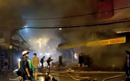 Cảnh sát dầm mưa cắt cửa sắt để dặp tắt đám cháy trong chợ Nhị Thiên Đường