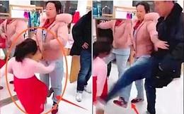 Thấy con gái liên tục gào khóc rồi đá vào chân mẹ, bố làm 1 việc khiến mọi người xung quanh vỗ tay tán thưởng