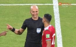 Bức ảnh 'phản cảm' của trọng tài với cầu thủ Oman khiến CĐV Việt Nam tức giận