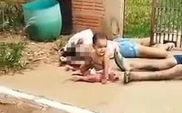 Em bé chỉ mặc 1 chiếc bỉm ngồi khóc bên vũng máu của bố mẹ, câu chuyện đằng sau khiến ai cũng rùng mình