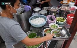 Toàn Hà Nội là vùng xanh, nhiều người đội mưa đi ăn phở trong tiết trời se lạnh. Số ca mắc mới và tử vong trong 24h lại tăng