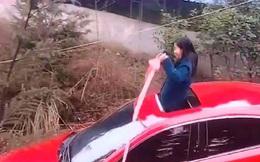 """Thấy nữ tài xế lái xe gần mình, người đàn ông né vội vì định kiến trong đầu, nào ngờ sau đó phải """"ngả mũ bái phục"""" trước kỹ năng này!"""