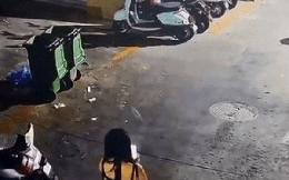 Vừa đi vừa nghịch điện thoại, cô gái lạc giọng kêu cứu vì gặp chuyện kinh hoàng ngay giữa đường