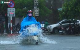 """Ô tô, xe máy bì bõm """"bơi"""" trong biển nước trên phố sau cơn mưa lớn xuyên đêm"""