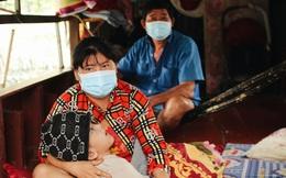 Cuộc sống cùng cực của gia đình cậu bé bị não úng thủy sống trên sông Sài Gòn: 'Sợ nhất là tiếng con khóc ngằn ngặt giữa đêm'