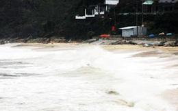 Ra bờ biển câu cá giữa mưa, hai thanh niên bị sóng cuốn trôi mất tích