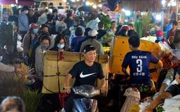 Chợ hoa lớn nhất Hà Nội ngày 20/10: Người dân ùn ùn đi mua hoa khiến cả đoạn đường ùh tắc dài trong đêm