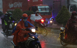 Ảnh: Sài Gòn mưa tầm tã, trời tối sầm dù mới đầu giờ chiều, ô tô và xe máy phải bật đèn di chuyển