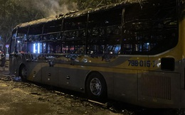 Xe khách giường nằm bốc cháy dữ dội ở TP HCM