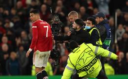 Ronaldo giật mình vì bị CĐV M.U lao vào sân tóm áo