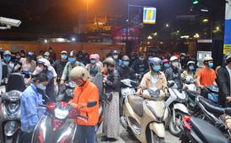 """Hàng loạt cây xăng ở Hà Nội """"thất thủ"""" vì dự đoán giá xăng tăng, người dân rồng rắn mang theo cả can đi mua"""