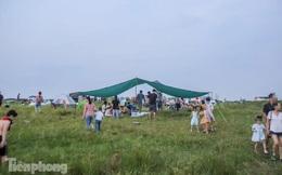 Nghìn người rủ nhau cắm trại dưới chân cầu Vĩnh Tuy sau nới lỏng giãn cách