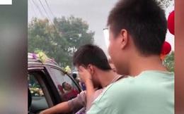 Hai em trai tiễn chị gái về nhà chồng, đang vui vẻ bỗng khóc nức nở đuổi theo xe hoa