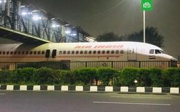 Ấn Độ: Hy hữu máy bay mắc kẹt dưới gầm cầu đường bộ