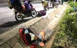 """Thương cảnh người dân về quê tránh dịch """"ngả lưng"""" dưới gầm cầu, vệ đường quốc lộ vì quá mệt"""