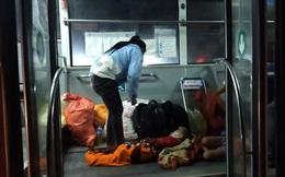 Em bé ngủ ngon trên chuyến xe buýt di chuyển qua Hà Nội sau hành trình nghìn km từ miền Nam hồi hương