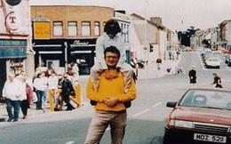 """Chẳng ai ngờ 23 năm trước, chỉ vài giây sau khi bức ảnh ông bố cõng con được chụp thì """"Tử thần"""" bên cạnh họ thức giấc, đoạt mạng hàng chục người"""