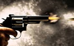 Cầm mã tấu xông vào quán nhậu chém người, thanh niên bị thương nghi do súng bắn ở Sài Gòn